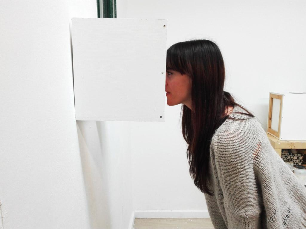 """Instalación de dos piezas formadas cada una por un cubo de tres caras de tabla demadera, espejo, retrato de pintura y rotulador acrílico sobre papel Papel Fabriano """"Pittura""""400 g/m2 montado en bastidor de madera.Total Instalación: 126x35x28 cm."""