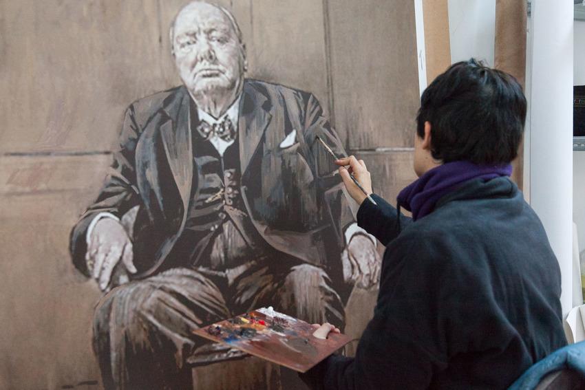 Pintando al óleo sobre una impresión digital en lienzo.